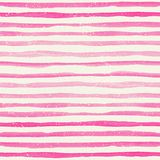 与桃红色水平的条纹的水彩无缝的样式在水彩纸纹理 免版税库存照片