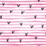 与桃红色水平的条纹amd黑色手拉的心脏的水彩传染媒介无缝的样式在白色背景 免版税库存照片