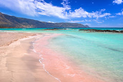 与桃红色沙子的Elafonissi海滩在克利特 免版税库存照片