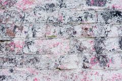 与桃红色油漆的抽象肮脏的被绘的砖表面特写镜头 墙壁五颜六色的难看的东西纹理  抽象现代 库存图片