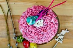 与桃红色洒的甜和开胃杯形蛋糕在桌上 库存图片