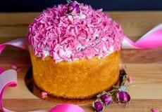 与桃红色洒的甜和开胃杯形蛋糕在桌上 库存照片