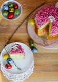 与桃红色洒的甜和开胃杯形蛋糕在桌上 免版税库存照片
