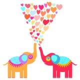 与桃红色淡紫色蓝色橙色心脏的两头逗人喜爱的橙色和红色大象在白色背景 原始的邀请,招呼 库存图片