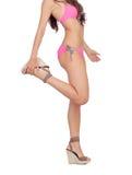 与桃红色游泳衣的有吸引力的女性身体 免版税图库摄影