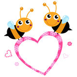 与桃红色爱心脏的逗人喜爱的飞行蜂 免版税库存图片