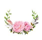 与桃红色牡丹的花卉花圈开花,用羽毛装饰 在减速火箭的boho样式的浪漫卡片 水彩 免版税库存图片