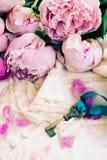 与桃红色牡丹花的钥匙 免版税库存图片