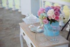 与桃红色玫瑰、弓和纸心脏的情人节背景 库存照片