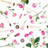 与桃红色玫瑰和化妆用品的女性构成在白色背景 被设色的背景秀丽蓝色概念容器装饰性的深度详细资料域充分的仿效宏观自然超出珍珠浅天空 平的位置,顶视图 库存图片