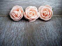 与桃红色玫瑰框架的木背景 免版税库存照片