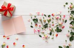 与桃红色玫瑰的华伦泰背景开花心脏,与拷贝空间,在白色土气木头的礼物盒的手工制造卡片 图库摄影