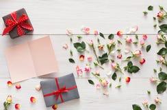 与桃红色玫瑰的华伦泰背景开花心脏,与拷贝空间,在白色土气木头的礼物盒的handmadecard 库存图片