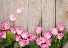 与桃红色玫瑰的情人节背景在木桌 免版税库存照片