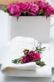 与桃红色玫瑰的欢乐餐桌设置 免版税图库摄影