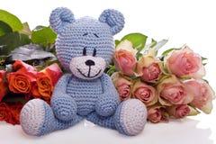 与桃红色玫瑰的玩具熊 免版税库存照片