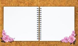 与桃红色玫瑰的空的笔记本设计 免版税库存照片
