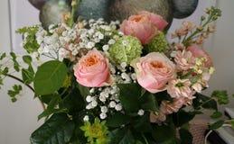 与桃红色玫瑰的美丽的花束 免版税图库摄影