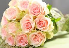 与桃红色玫瑰的花束 免版税库存图片