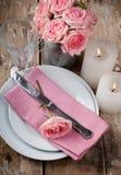 与桃红色玫瑰的葡萄酒欢乐桌设置 库存照片