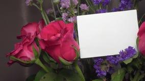 与桃红色玫瑰的被分类的花与与拷贝空间的空白的贺卡 影视素材