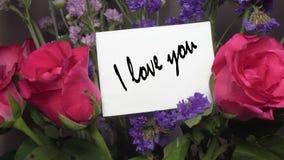 与桃红色玫瑰的被分类的花与贺卡'我爱你'说明 股票视频