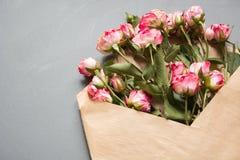 与桃红色玫瑰的被打开的工艺信封在中立灰色背景,顶视图点 欢乐概念 看板卡日设计dreamstime绿色重点例证s传统化了华伦泰向量 图库摄影