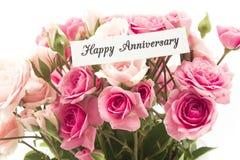 与桃红色玫瑰花束的愉快的周年卡片  图库摄影