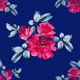 与桃红色玫瑰花束的水彩无缝的样式在蓝色背景的 库存照片