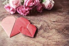 与桃红色玫瑰花的心脏形状在木桌上 库存照片