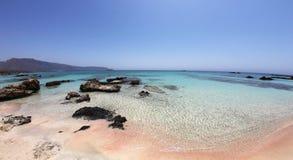 与桃红色的惊人的热带海滩-白色沙子和绿松石水 库存图片