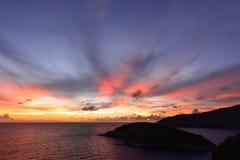 与桃红色的日落天空在海洋的日落以后覆盖爆炸 库存图片