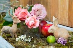 与桃红色的静物画在兔子和鹿旁边上升了 库存图片