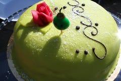 与桃红色罗斯的公主特制的糕饼 免版税库存图片