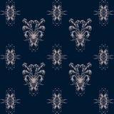 与桃红色花卉样式的无缝的样式在深蓝背景 免版税库存照片