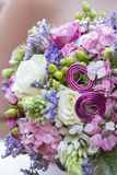 与桃红色花和紫罗兰的新娘花束 免版税库存照片