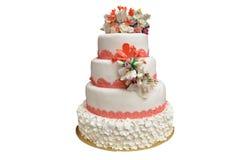 与桃红色花的一块多平实白色婚宴喜饼在上面 库存照片