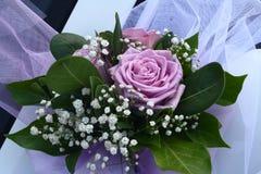 与桃红色花的婚礼花束 免版税库存照片