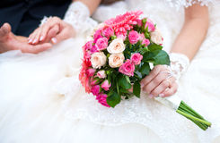 与桃红色花的婚礼花束 免版税图库摄影