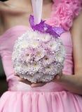 与桃红色花的来回婚礼花束 免版税库存图片