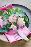 与桃红色花的欢乐表设置 图库摄影