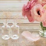 与桃红色花的葡萄酒静物画在有fearher的一个花瓶和 免版税库存照片