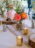 与桃红色花,金蜡烛的婚礼装饰和上升了 浪漫 免版税库存照片