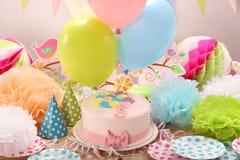 与桃红色蛋糕和气球的生日聚会 免版税库存图片