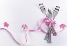 与桃红色装饰的三把点心孩子的叉子和大象 免版税库存照片