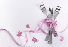 与桃红色装饰的三把点心孩子的p的叉子和兔宝宝 库存图片