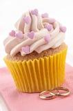 与桃红色重点的华伦泰杯形蛋糕 图库摄影