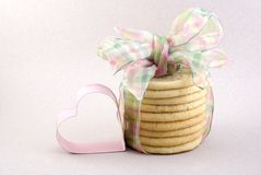 与桃红色重点的糖屑曲奇饼 免版税库存图片