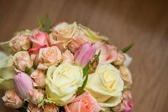 与桃红色,白色和绿色花的婚礼花束 图库摄影