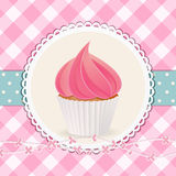 与桃红色结冰的杯形蛋糕在桃红色方格花布背景 库存照片